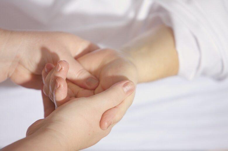 手のむくみの原因と改善や解消法!病気の心配はないの?