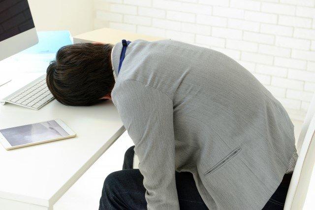 寝ても体の疲れが取れない原因と効果的な解消法や食べ物!